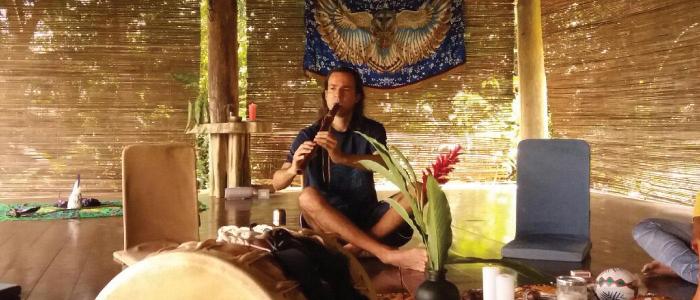 Caminho do Amor tocando Flauta Nativa Americana (NAF) com a Coruja Animal de Poder